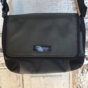 Reaction Kenneth Cole Crossbody Small Bag -Clean